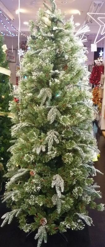 薄っすらと雪化粧した松かさの付いたツリーです。(画像は180cmのツリーです。)