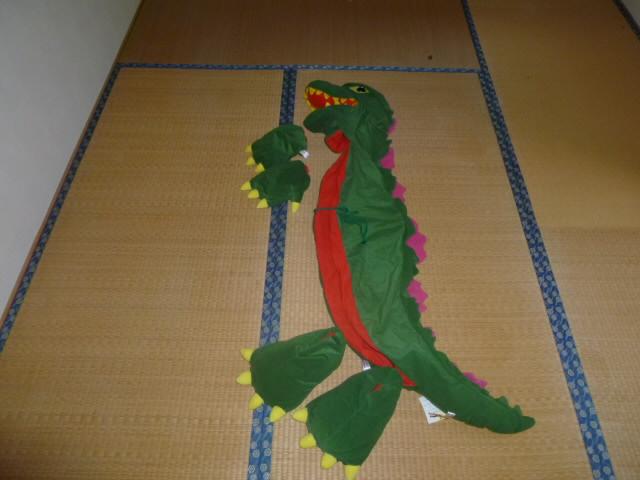 トヨタカローラ店「ゴジラ変身キット」です。珍しいゴジラの簡易的な着ぐるみです。<br>