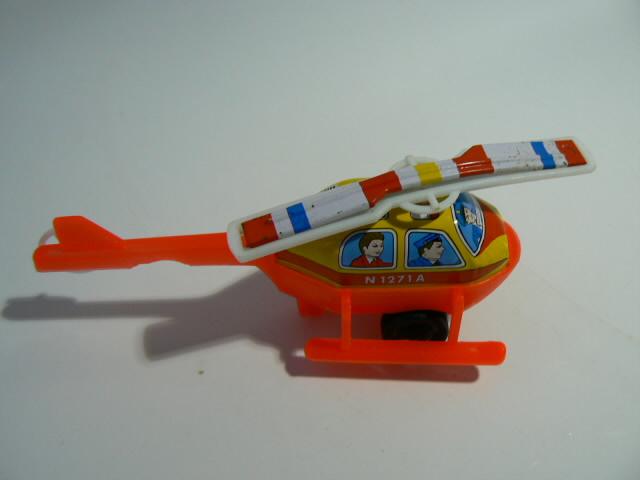 日本製の半ブリキのヘリコプターの中古です。ブリキとプラの組み合わせで、車輪の回転に連動してプロペラが回ります。