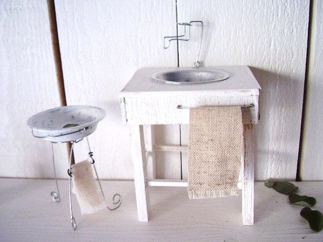 <p>水周りの2点セットです^^大きさは、洗面台が高さ12センチ(蛇口含む)横8センチ縦6センチです。</p><p>ドールハウスや、インテリアとして飾っていただけます♪</p><p>シンク部分が若干細長いものに変更になります。</p><p>&nbsp;</p><p>受注製作で御入金確認後1週間以内に完成いたします。</p><p>&nbsp;送料は、510円(定型外郵便記録付き)です。</p>