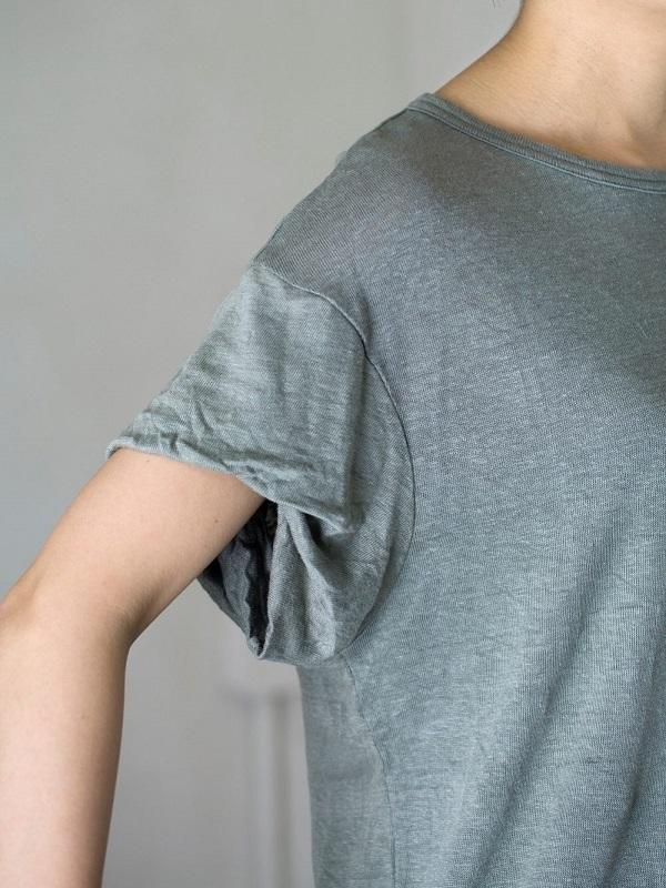 シンプルな中に、さりげなくタック袖