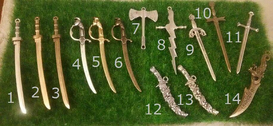 <p>こちらは武器チャームになります。</p><p><br></p><br><br>刀や剣、サーベルなどがあります。