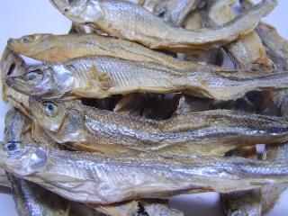 寒冷で澄んだ湖沼に生息する国産ワカサギを何も足さず乾燥させた無塩、無添加の干し魚です。<br><br>一般的な煮干しは塩分が多すぎると言う問題点が<br>あります。このワカサギはこの問題を解消した安心な商品です。<br><br>原材料 わかさぎ<br><br>粗たんぱく質 66.0%以上<br>粗脂肪    12.0%以上<br>粗繊維     1.0%以下<br>粗灰分     3.0%以下<br>水分     15.0%以下<br>カロリー    318kcal<br>