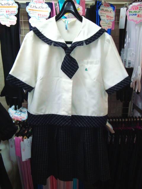 夏服はセーラー襟ブラウス。ブラウスはサイズ違いで2枚、ネクタイは1本つきます。