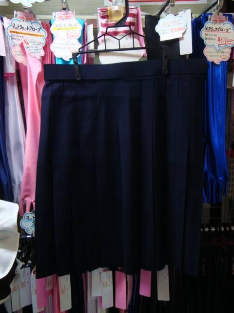 スカートは標準的な両対称プリーツ