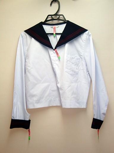 中間服。こちらにはタイが付かないので冬or夏服のを使用してください