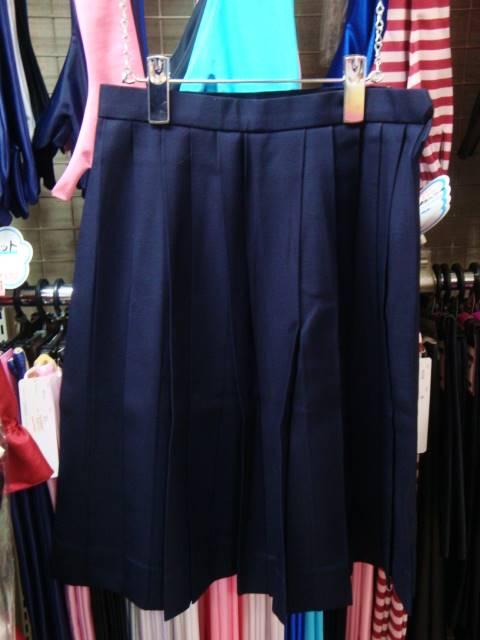 クラシックな膝下丈スカートは左右対称のプリーツ