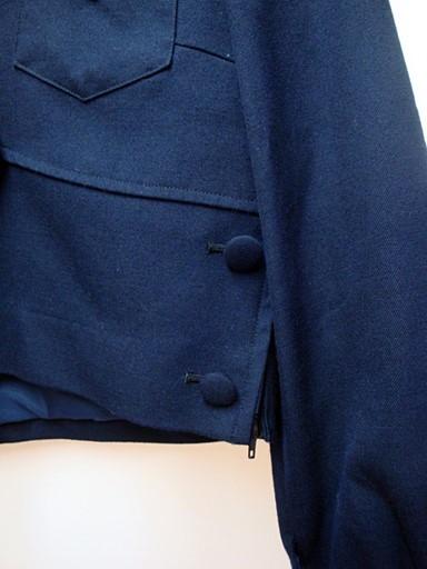 サイド裾についた飾りボタン