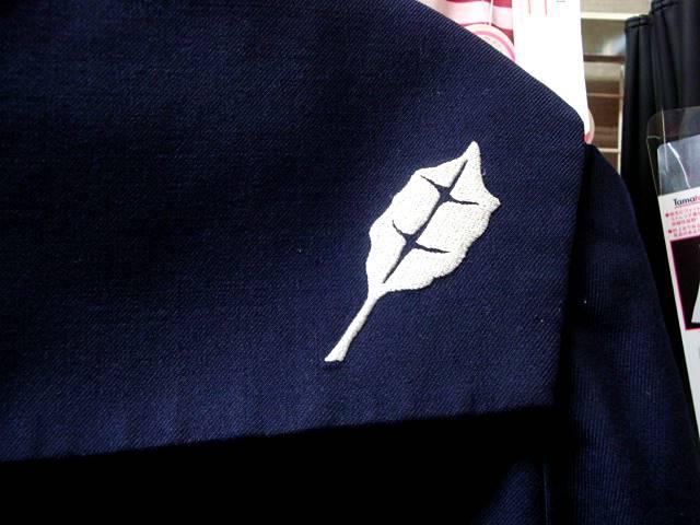 刺繍部アップ。ギンドロ(ヤナギの一種)の葉っぱをモチーフにしてます。