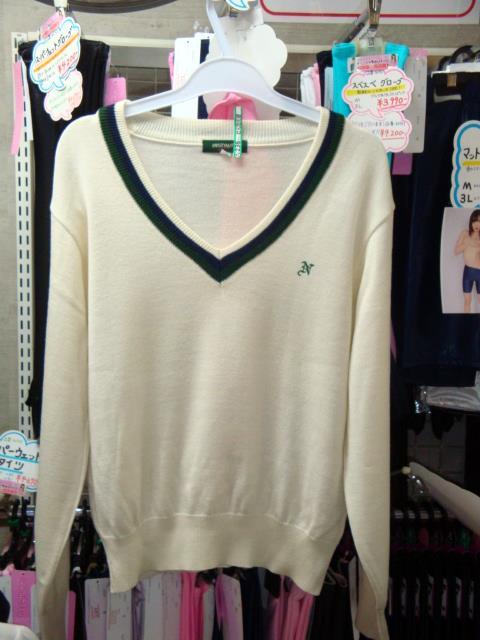首回りが大きく開いたセーター