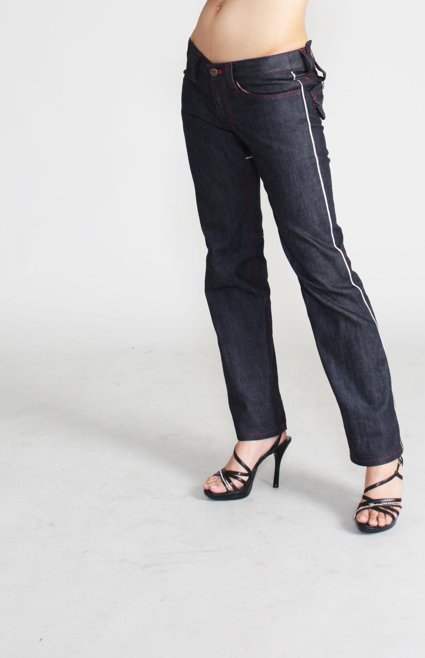 立体裁断で作ったシルエットは、足に沿ってカーブします。