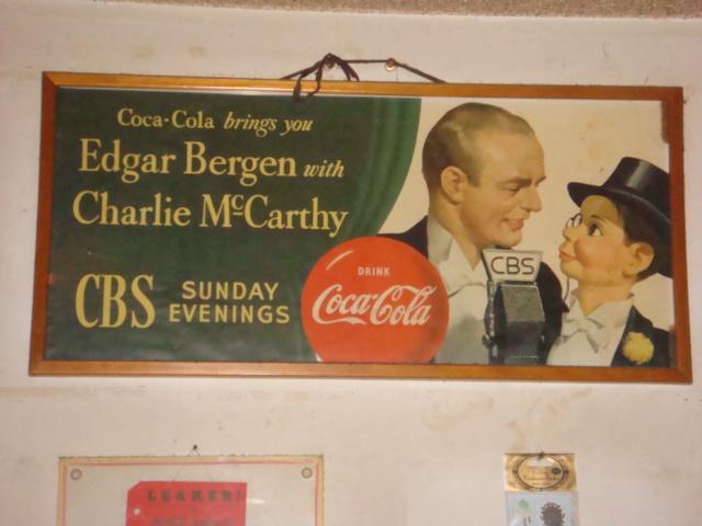 アメリカでは人気の代表的なポスター(オリジナル品)1940年代全米放送のネットワークCBSのマイクを前に話すエドガーバーゲン&チャリーマッカーシーのポスター。(エドガーバーゲンは女優のキャンディスバーゲンの父上)<br />今ではどの企業も行っている広告活動の手法ですが、40年代に大人気だった芸能人をコカコーラは抜擢してCM活動を行っていました。<br />その代表的なポスターのオリジナル品です。<br />ポスターのみのお渡し品(額縁は付きません)