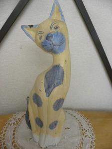 <p>ギリシャのミコノス島と姉妹都市の与論島には猫の雑貨も多い!</p><p>木製の猫の置物の高さは28㎝<br>幅8㎝×奥5㎝</p><p>少し欠けて見えるのは塗料の剥げです。</p><p>お店に並んでいるときからのもので、レトロな雰囲気を出しています。<br></p><p><br></p><p><br></p>