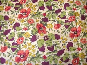 """made in:England*イギリス size:135巾x約50cm 100%コットンTana Lawn。 ベースカラーはベージュです。  英国リバティプリント・クラシックタナローン""""Poppy&Honesty""""カラーPです。 日本では入手困難となっている廃盤カラー入手いたしました!"""