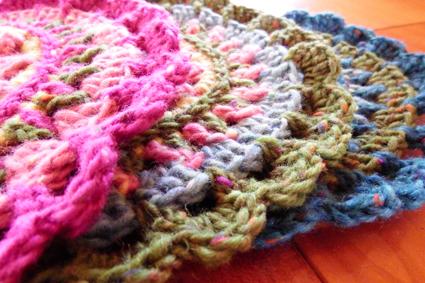 フェルト地にも似た柔らかい手触りの素朴な毛糸で編んであります。