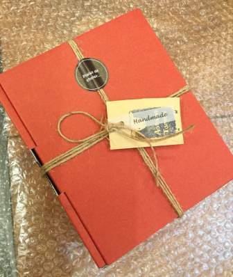この形でお届けします。赤または茶色の箱となります。