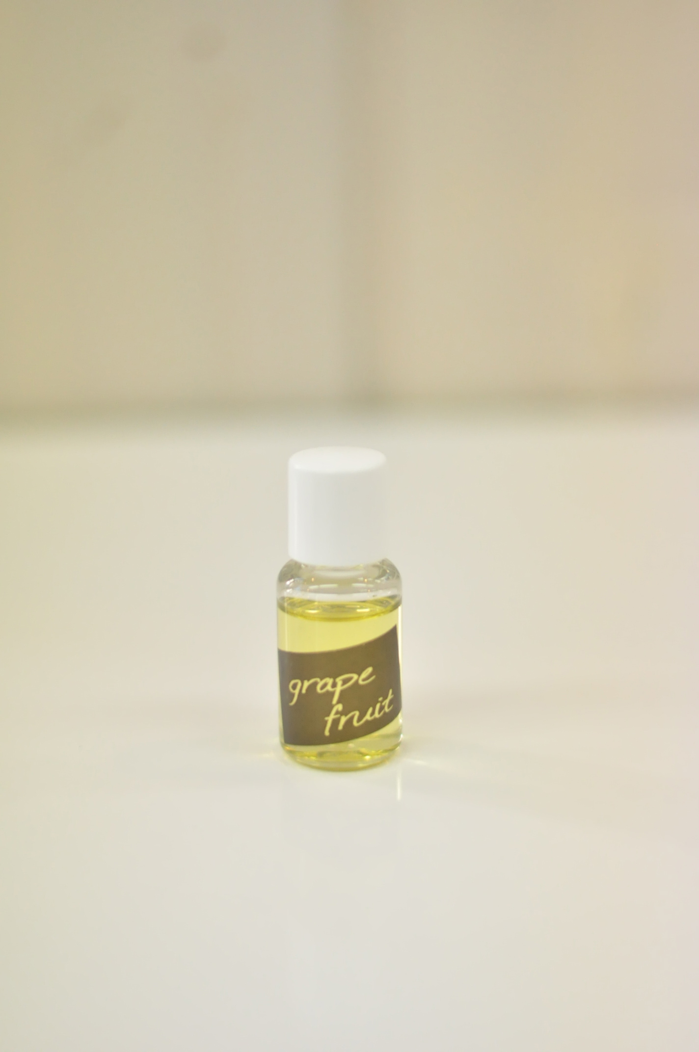 無香料タイプのアピカルブランドシャンプー、トリートメントに入れてお使い頂く香りのエッセンス。 入れる種類や量を変えられるので、自分好みの香りを楽しめます。