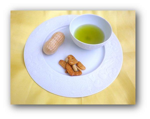ディナー皿にのせておやつセット(日本茶を入れています)