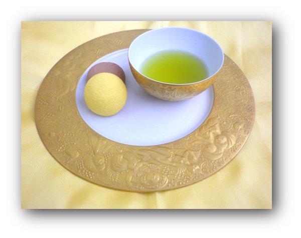 日本茶を入れてディナープレートにのせて、おやつセットに。
