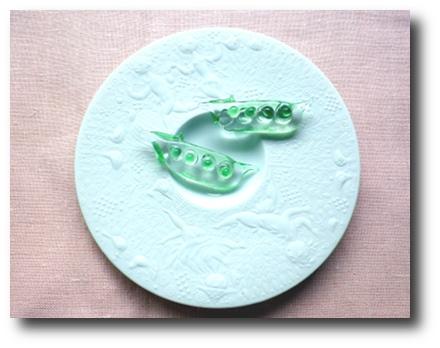 真ん中の部分がまわりのレリーフより少しだけ深くなっていて、カップがお皿の上で動かないつくりになっています。