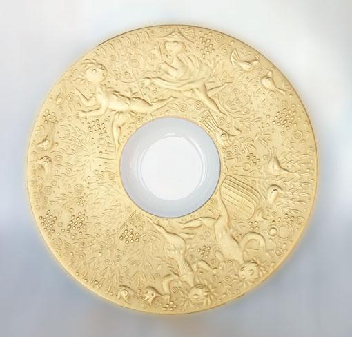 真ん中の白磁の部分がゴールドのレリーフより少しだけ深くなっていて、カップがお皿の上で動かないつくりになっています。