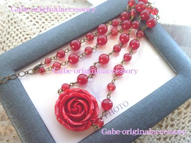 赤い薔薇(練り珊瑚)をメインにレッドジェードでまとめた情熱的な大人可愛いネックレス☆