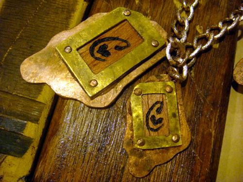 銅&真鍮製。中央は木に焼き印を施してあります
