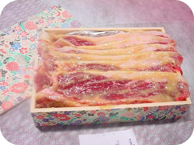 牛肉サーロイン6枚を風味豊かな 西京漬に致しました。