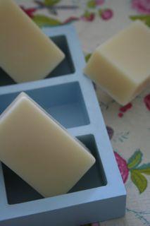 イギリスでひとつひとつ手作りしているシリコンの石鹸型です。<div>型出しがとても簡単で、ソーパーなら誰でも憧れる、ツルツルの石鹸に仕上がります。<br></div><div><br></div><div><br></div><div><br></div><div><br></div><div><br></div><div><div><br></div><div><br><br><br></div></div>