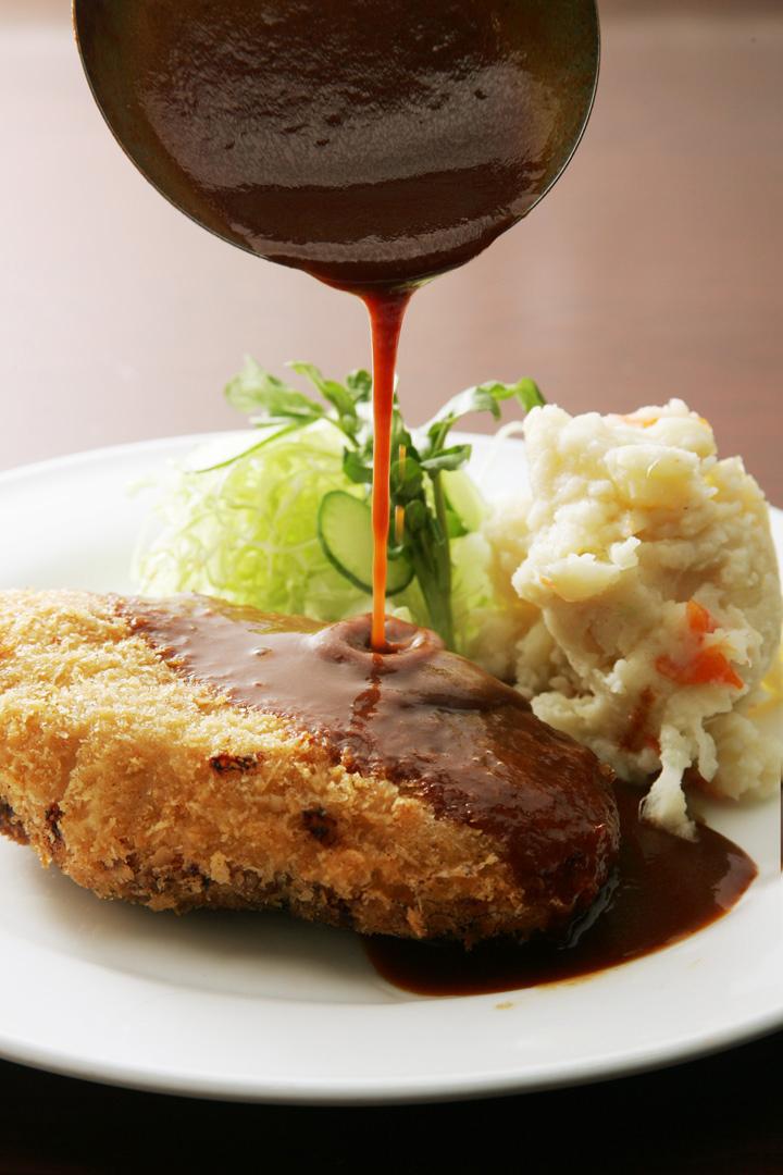 自家製のブラックルーを香味野菜のスープでのばし、<br>香味料を赤ワインで味付けしたソースは<br>旨味が凝縮された格別のソース。<br>ビアホールで長年愛され続けた日本人の洋食の原点です。<br>温めてかけるだけで、<br>ハンバーグ、オムレツ、他にもビーフカツ、ソテーなど。<br>様々なお料理のベースとしてご利用いただけます<br>本格派のあなたのお手伝いをしてくれる万能ソース。<br>一度お試し下さいませ!<br><br>※内袋のまま湯せんしてお使い下さい。<br><br>自家製ブラウンソース常温パック×3<br>