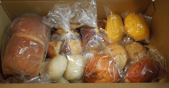 <div>もちもちとした食感が特徴の国産小麦を使った、天然酵母パンの詰め合わせです。当店では主に脂質を控えたパンを作っています。</div>あんぱんやシナモンレーズンロールについてはバターや卵、乳製品を使用しています。<br>