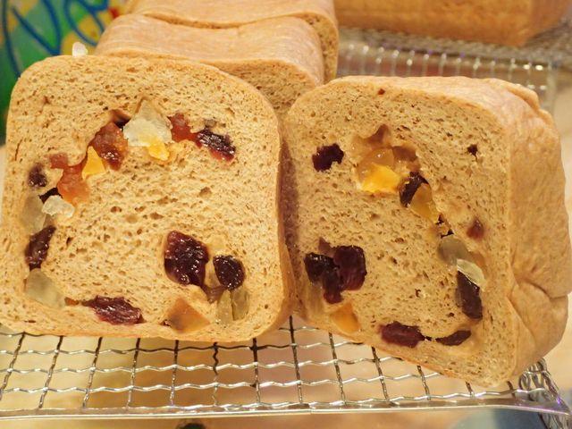 <p>大人気の「低糖質ふすまパン」に、ドライフルーツを加えたおやつパン。</p><p>ベースは「小麦ふすま」を使用した低糖質ふすまパン。ドライフルーツのアクセントが小麦ふすまの独特な香りを和らげます。</p>