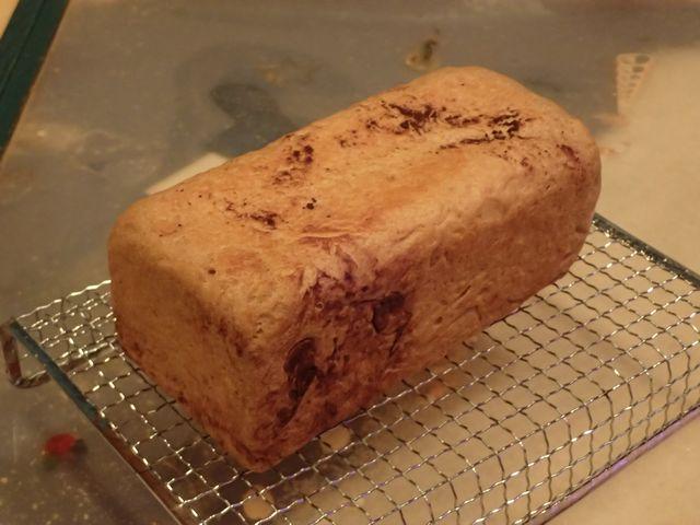 「小麦ふすま」独特の香りを抑えるために「ココア」をブレンドしました。今話題の「糖質制限ダイエット」にご活用ください。アロハ・バンダナ・マスター新井もこのパンで2ヶ月で16kgのダイエットに成功しました。