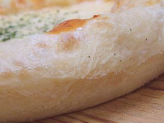 作り手打ち生地はふっくら厚めのパンピザ