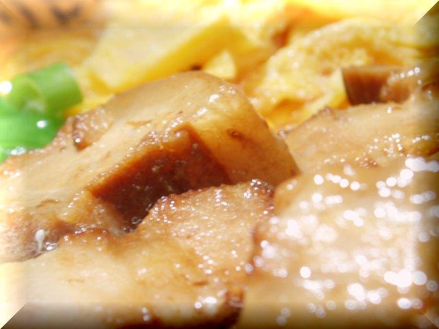 箸で切れちゃうほどの軟らかく煮たチャーシューです。