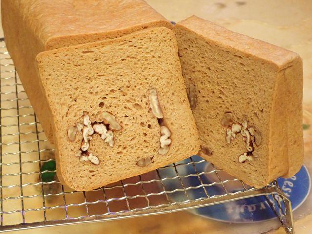 <p>大人気の「低糖質ふすまパン」に、ナッツを加えたおやつパン。</p><p>ベースは「小麦ふすま」を使用した低糖質ふすまパン。ナッツの香りが小麦ふすまの独特な香りを和らげます。</p>