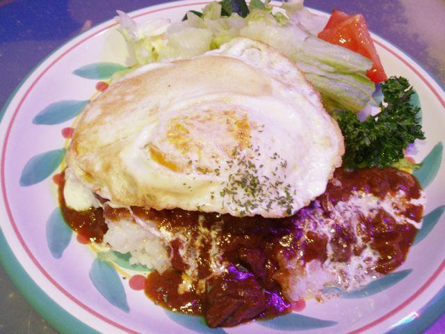 ご飯に乗せて、目玉焼きをトッピングすれば、ハワイ名物ロコモコの完成です