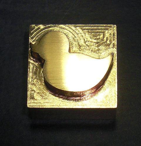 素    材:真鍮 サ イ ズ:約 縦15mm×横15mm×高さ10mm 印面深さ:3mm 取付軸径:4mmネジ式(タップ加工済) 用    途:皮革、木工、布、紙など  ■焼印としてのご使用に際しては、市販のハンダごて40W程度(コテ先径4mm)コテ先が交換可能な物をご用意下さい。   ■刻印としてのご使用に際しては、軸をはずしてバイス等でプレスしてお使いください。打刻は印面を傷める可能性があります。     【注意事項】   印面は非常に高温になります。やけど等の危険がありますので軍手等を着用するなど、取扱いには十分注意してください。   ハンダごてへの取り付けは、軸を印面までしっかり差し込んで取り付けてください。   焼印・刻印共に、試し押しをして確認後、本押しして下さい。  焼印時は、温度・押す秒数がシビアで、試し押しをしないと失敗する確立が高いです。   製作時にわずかな小傷等がある場合がありますが、焼印・刻印には影響はありません。