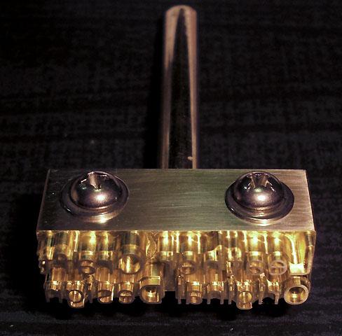 素材:真鍮 サイズ:約縦15mm×横30mm×高さ15mm (単体:約縦5mm×横30mm×高さ15mm) 印面深さ:3mm(文字部1mm彫) 取付軸径:6mmネジ式(ネジ穴4mmタップ加工済) 用途:皮革、木工、布、紙など 単体・連結のどちらでも使用も可能です。  ■焼印としてのご使用に際しては、市販のハンダごて60W程度(コテ先径6mm)コテ先が交換可能な物をご用意下さい。  ■刻印としてのご使用に際しては、軸をはずしてバイス等でプレスしてお使いください。打刻は印面を傷める可能性があります。    【注意事項】   印面は非常に高温になります。やけど等の危険がありますので軍手等を着用するなど、取扱いには十分注意してください。  ハンダごてへの取り付けは、軸を印面までしっかり差し込んで取り付けてください。  焼印・刻印共に、試し押しをして確認後、本押しして下さい。 焼印時は、温度・押す秒数がシビアで、試し押しをしないと失敗する確立が高いです。  製作時にわずかな小傷等がある場合がありますが、焼印・刻印には影響はありません