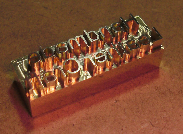 素材:真鍮<br>サイズ: 約 縦12mm×横35mm×高さ10mm<br>印面深さ:3mm<br>取付軸径:6mmネジ式(タップ加工済)<br>用途:皮革、木工、布、紙など<br> <br>■焼印としてのご使用に際しては、<br> 市販のハンダごて60W程度(コテ先径6mm)コテ先が交換可能な物<br>&nbsp;<br>■刻印としてのご使用に際しては、<br> 軸をはずしてバイス等でプレスしてお使いください。打刻は印面を傷める可能性があります。<br> <br><br><br>【注意事項】 <br><br>印面は非常に高温になります。やけど等の危険がありますので軍手等を着用するなど、取扱いには十分注意してください。<br> <br>ハンダごてへの取り付けは、軸を印面までしっかり差し込んで取り付けてください。<br> <br>焼印・刻印共に、試し押しをして確認後、本押しして下さい。<br> 焼印時は、温度・押す秒数がシビアで、試し押しをしないと失敗する確立が高いです。<br> <br>製作時にわずかな小傷等がある場合がありますが、焼印・刻印には影響はありません