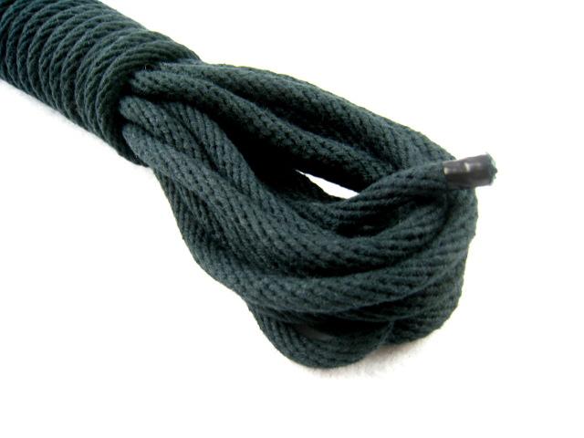 黒染の綿ロープは、緊縛される側にも、する側の手にも優しいロープです。<br>染色後に洗っていますのでロープ自体が柔らかくなっており<br>緊縛後に手がガサガサになりにくいのが特徴です。<br>汚れても洗濯機で洗うことができますので、手入れが楽です。<br><br>5mの長さですので、手や足を縛るときなどに使用します。<br><br><br>無理な吊り方や、締めすぎにはご注意ください。