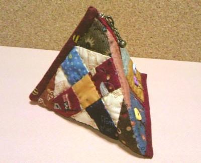 ピラミッド型が可愛い三角のポーチです