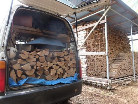 販売用の薪棚での積み込み作業風景