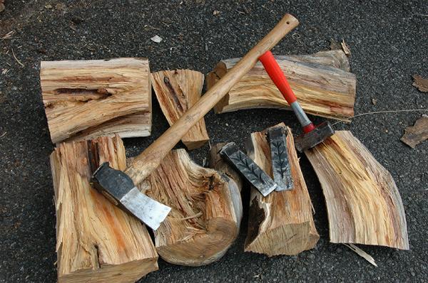 斧やクサビやハンマーを駆使しての薪割りの仕方をマスター