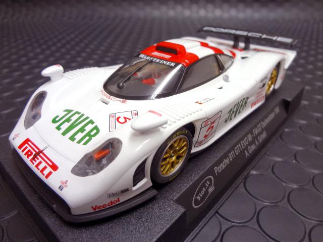 ★代理店に再入荷しました (納期 2,3日かかります)<br>◆Slot it 1/32 スロットカー Porsche911 GT1が登場!<br>★ポルシェファン待望のGT1 EVOが早くも入荷しました。心臓部はもちろんFlat-6モーター20.500rpm/200gcmをアングルワインダーで搭載! スタイルとスペックを見ただけで走りは十分期待できそうです!<br>
