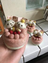 手のひらサイズのデコレーションケーキです。