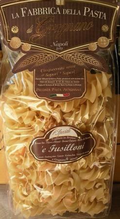 <b>イタリア・カンパーニャ州グラニャーノ産。<br>ラ・ファブリカ・デッラ・パスタ社はパスタ発祥の地ナポリ近郊、カンパーニャ州グラニャーノにて、3世代に渡り家族経営でパスタを造り続ける、高品質、職人業を誇る小規模少量生産のメーカーです。イタリア産の最高のセモリナ粉を原料とし、ラッタリ山の清水とマエストロによる伝統的製法と技術で作られたパスタは、定温で長時間ゆっくり乾燥させます。<br><br>フジッローニはひねった形状のショートパスタです。<br>フジッリを大きくした感じです。<br>ソースが良く絡み、かつ、小麦自体の旨みも感じられる美味しいパスタです。<br><br>標準ゆで時間:9分<br></b>