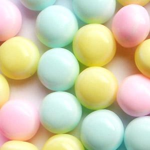 カラフルで可愛い三色のラムネは、見ているだけで幸せですね☆<br><br>業務用、計り売り、イベントなど幅広いシーンでご利用いただけます。<br>もちろんお菓子好きな方のまとめ買いとしても♪<br>大満足のボリュームです。<br><br><br>品名:3色ボールラムネ(2kg)<br>名称:ラムネ菓子<br>原産国:日本<br>賞味期限:半年~約一年<br>保存方法:直射日光・高温多湿を避け涼しい冷暗所にて保管して下さい<br><br>原材料名:ブドウ糖、砂糖、水飴、でん粉、酸味料、乳化剤、香料、増粘剤(アラビアガム)、卵殻カルシウム、着色料(?4、赤106、青1)、光沢剤<br>