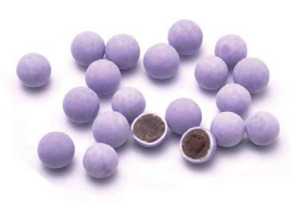 見た目もブルーベリーそっくり!?あと味すっきりの上品な味わい♪<br><br>業務用、計り売り、イベントなど幅広いシーンでご利用いただけます。<br>もちろんお菓子好きな方のまとめ買いとしても♪<br>大満足のボリュームです。<br><br><br>品名:ブルーベリーチョコボール(2kg)<br>名称:チョコレート菓子<br>原産国:日本<br>賞味期限:半年~約一年<br>保存方法:直射日光・高温多湿を避け涼しい冷暗所にて保管して下さい<br><br>原材料名:砂糖、全粉乳、ココアバター、カカオマス、植物油脂、乳糖、でん粉、ココアパウダー、ゼラチン、水飴、卵殻カルシウム、増粘剤(アラビアガム)、乳化剤(大豆由来)、香料、着色料(赤3・青1)、酸化防止剤(V・E) <br>