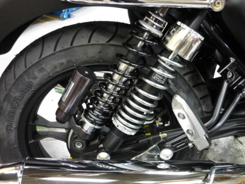 ※V7レーサーに取り付ける場合はシートカウルの取り外し、リアサスペンションの上下逆の組み換えが必要です。